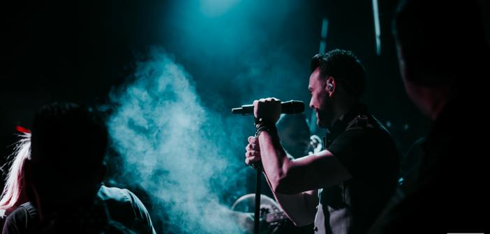 Ο Σάκης Αρσενίου τραγούδησε για τα 3 χρόνια …Scaraveos